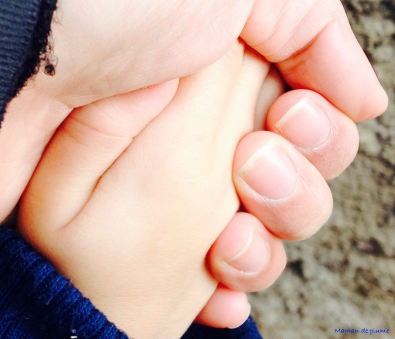 Tenir son enfant par la main